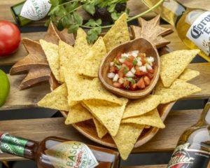 ピコ・デ・ガヨ&チップス Pico de Gallo with Chips 新鮮さが味の決め手となるピコ・デ・ガヨはもちろん当日にハンドメイド。フレッシュトマトにオニオン、ハラペーニョの辛さがピリッと効いたパクチー好きにはたまらない一品です。オーガニックトルティーヤチップとお召し上がり下さい。 The secret to our wonderful pico de gallo is that it is freshly made by hand every day. A combination of diced vine-ripe tomatoes, onions, and spicy jalapeños are mixed together to make a salsa that cilantro lovers won't be able to get enough of! Our pico de gallo is also served with organic tortilla chips.