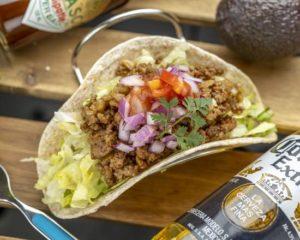 ミートタコス Ground Meat Tacos カルフォルニア州トーレンス本社監修のレシピです。数十種類の本格的なオーガニックスパイスを自家配合し粗挽き肉とじっくり炒めたっぷりのオニオンとサルサソースで相性バツグンに仕上げたボリュームのある当店自慢のタコスです。 The recipe for these tacos was created with the supervision of our parent company in Torrance, California. We stir-fry a generous amount of our special homemade blend of coarsely ground meat and season it with an authentic blend of dozens of organic spices. The wonderful combination of tasty taco meat, onions, and salsa make these tacos very delicious and filling.