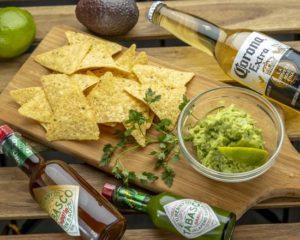 ワカモレ&チップス Guacamole and Chips 栄養価の高いアボガドをまるごと使いオーダーを受けてから作るフレッシュなワカモレ(オニオン・ガーリック・ライム入ったアボカドディップ)をオーガニックトルティーヤチップスとお召し上がりください。 This tasty guacamole (a dip made with avocado, onions, garlic and lime) is made with a whole, nutritious avocado that is only smashed after you have ordered it. Our guacamole is also served with organic tortilla chips.