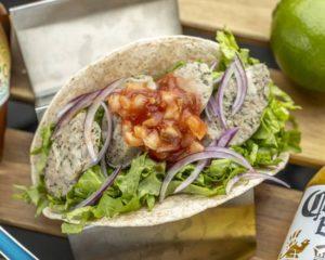 ソーセージタコス Sausage Tacos 当店は生ハーブフランクを使用し贅沢にグリルで焼き上げサルサと合わせたフレッシュな美味しさです。 These tacos are made with our beautifully grilled uncured herb sausages and our delicious salsa to create a very fresh flavor.